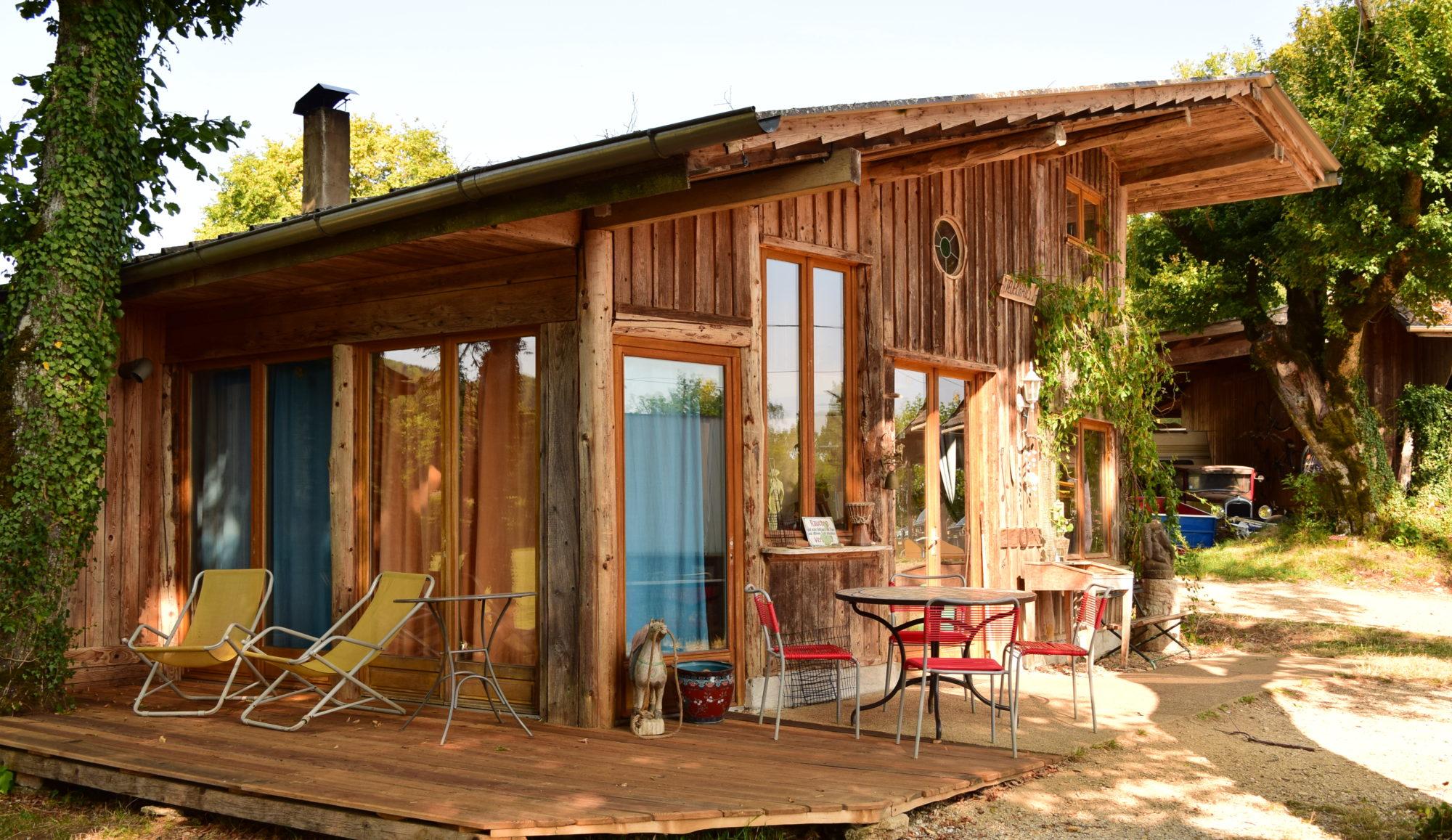 Ein gemütliches Holzhäuschen im französischen Jura ...
